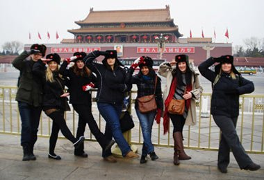 Tourists are having great fun,imitating the way in which Chinese soliders march in front of Tiananmen Square.