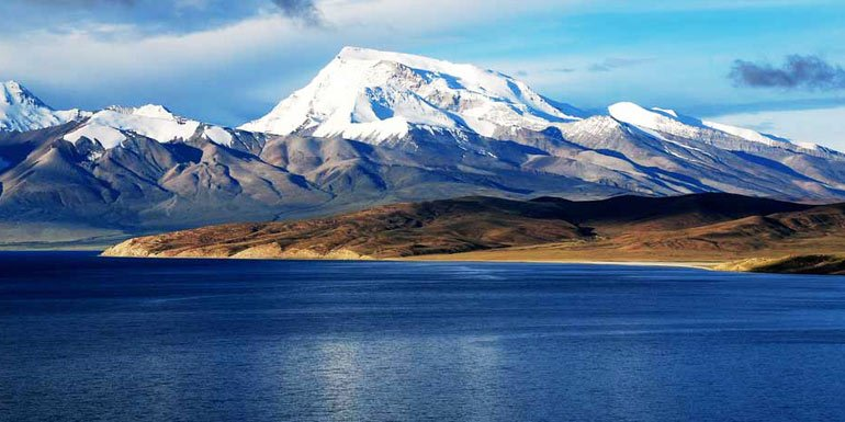Breathtaking scenery of Lake Manasarovar