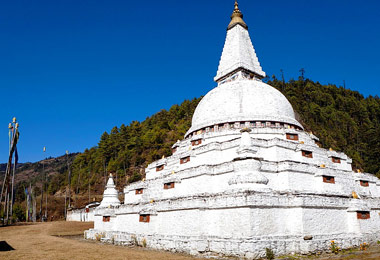Chendebji Chorten is a large white structure built in the style of swayambhunath.