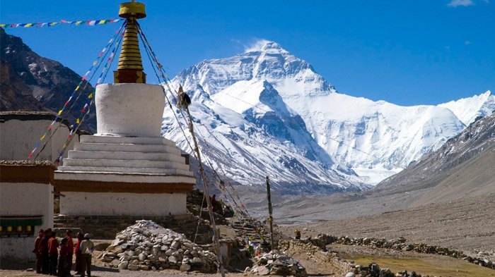 view mount everest from rongbuk monastery
