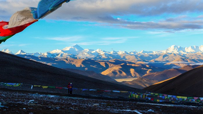 view mount everest from gawula pass in tibet