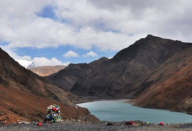 Beautiful lakes you will see at Karo La Pass