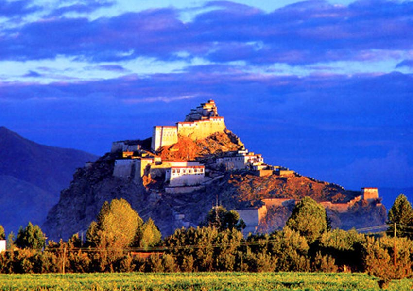 Gyantse Dzong is a fortress high on top of a hill in the middle of town.