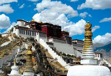 Potala Palace, at the top of the hill in central Lhasa city, is always the No.1 attraction for travelers visiting Tibet.