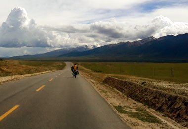 Cycling along Qinghai-Tibet highway from Lhasa to Damxung.