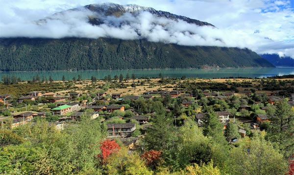 The village near Basom-tso Lake