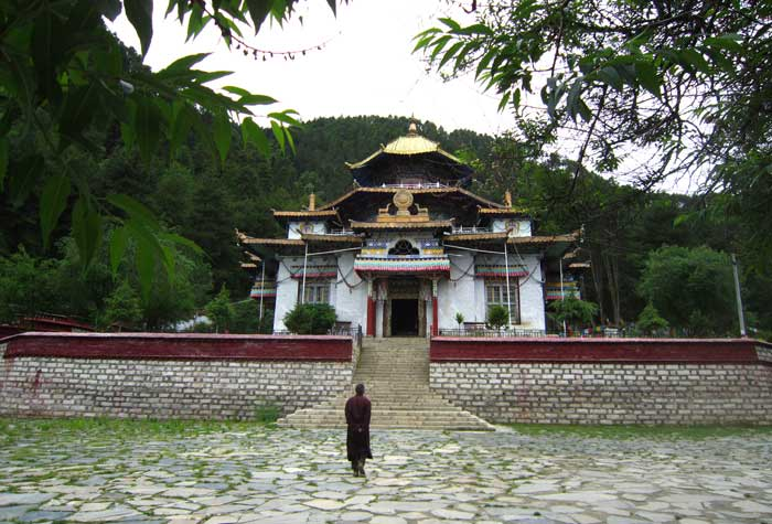 Take a trip to Lama Ling Monastery, which enjoys important statues in Tibetan Buddism in Nyingchi.