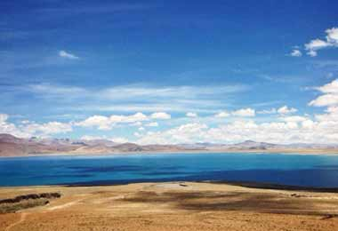 Peiku-tso Lake, at an elevation of 4600 meters, is a beautiful alpine lake with bright turquoise color all year round.
