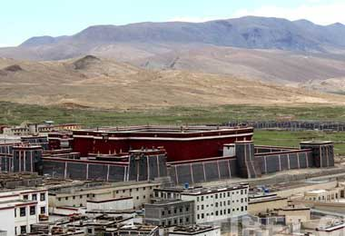 The Mongolian architecture of Sakya Monastery is quite different from that of temples in Lhasa and Yarlung.