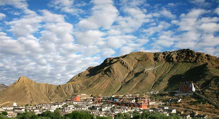 Tashi Lhunpo monastery, at the foot of Drolmari moutain, is the largest monastery in southern Tibet.