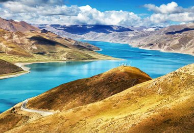 Bathing in sunshine, Yamdrok lake is dispalying its dazzling beauty to visitors both home and abroad.