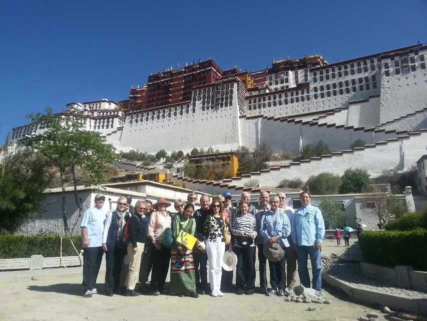 Today our Tibetan guide Yangkyi and our customers have a wonderful day in Lhasa!
